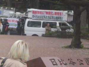 デモ隊に随伴の街宣車