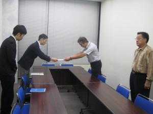 外務大臣宛の抗議文を手渡す。