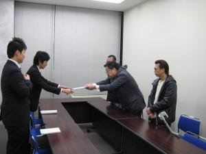 外務省担当官に要請文を手渡す。