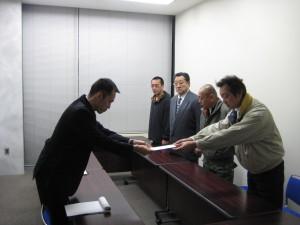 担当官に外務大臣への要請文手渡し。