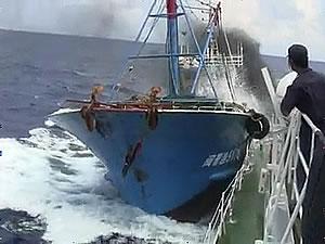 チャンコロの体当たりを受ける海上保安庁の巡視船